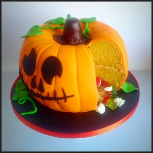 Cut into the pumpkin piñata and yummy jelly sweets fall out!
